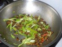 青辣椒炒蚕蛹的做法步骤7