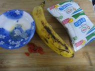 冰糖牛奶炖香蕉的做法步骤1