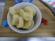 冰糖牛奶炖香蕉的做法步骤2