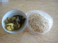 酸菜牛肉酱拌面的做法步骤1