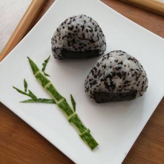 黑芝麻肉松三角饭团