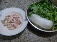 猪肉粉丝煮蒿菜的做法步骤1