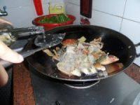 姜葱炒肉蟹的做法步骤6