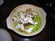 猪肚菇毛豆煲的做法步骤2