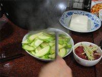云南小瓜炒牛肉的做法步骤7