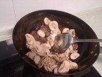 香肠蘑菇炒糯米饭的做法步骤9