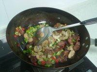 香肠蘑菇炒糯米饭的做法步骤11