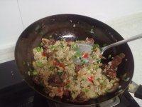 香肠蘑菇炒糯米饭的做法步骤14