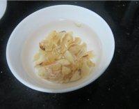 南北沙参百合粥的做法步骤3