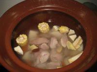 沙葛玉米煲猪腱的做法步骤7