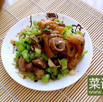 青菜粒炒红烧猪蹄