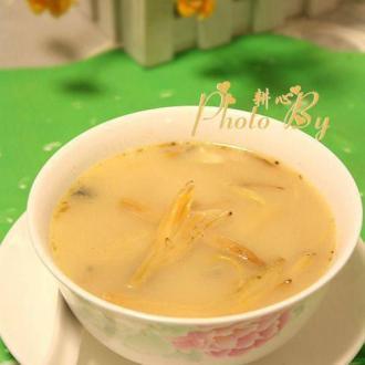 金针菜鲫鱼汤