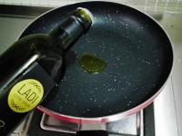 韩式金枪鱼辣白菜炒饭的做法步骤2