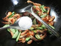 青瓜炒河虾的做法步骤7