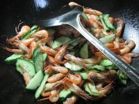 青瓜炒河虾的做法步骤4