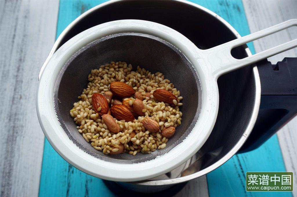 糙米花生杏仁糊的做法步骤2