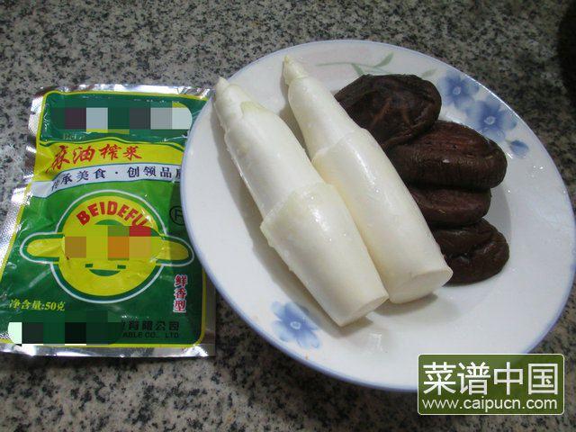 香菇榨菜丝炒茭白的做法步骤1