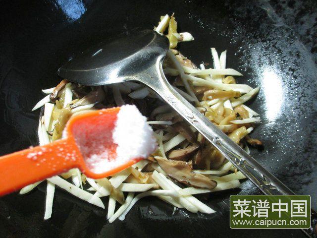 香菇榨菜丝炒茭白的做法步骤5