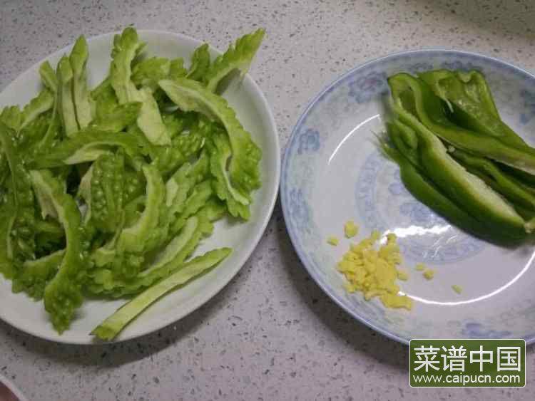 苦瓜炒肉的做法步骤1