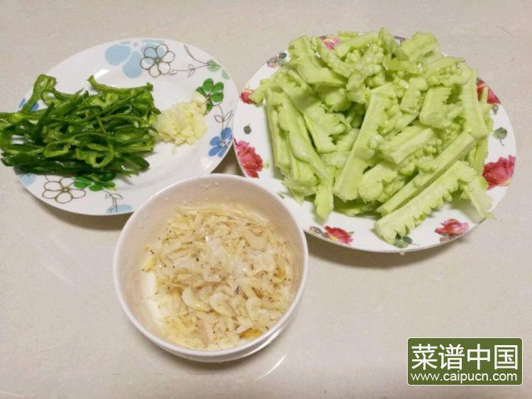 #盛夏餐桌#虾皮炒苦瓜的做法步骤2