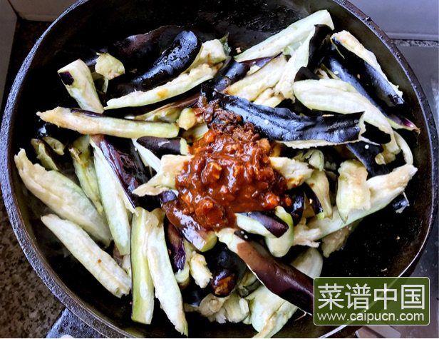 茄条五花肉炖蚬子的做法步骤6