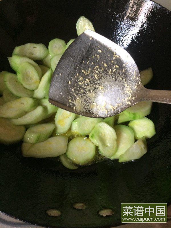 丝瓜炒老油条的做法步骤3