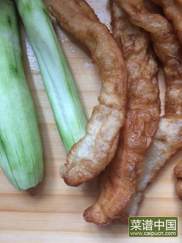 丝瓜炒老油条的做法步骤1