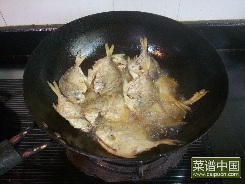 油炸五香小鲳鱼的做法步骤7