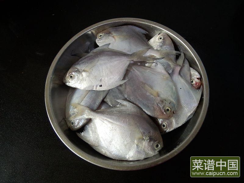 油炸五香小鲳鱼的做法步骤1