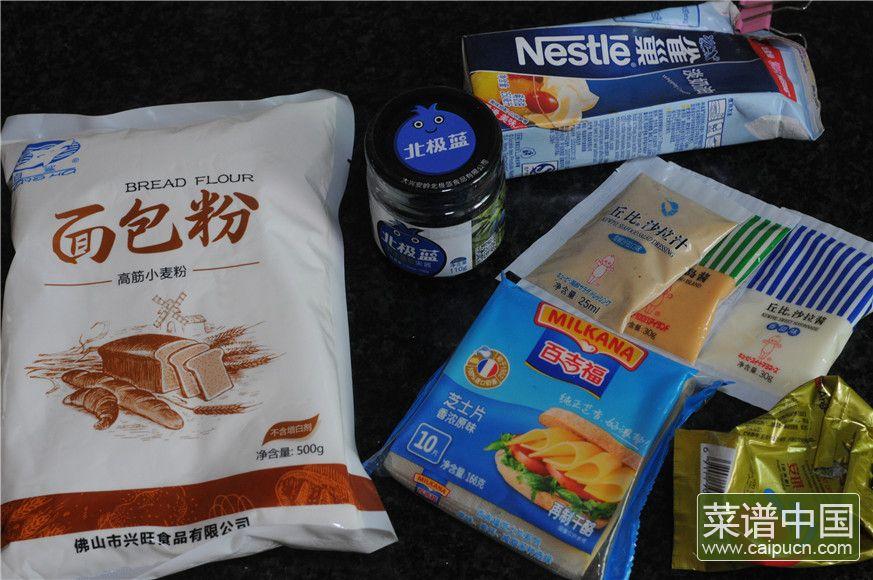 蓝莓沙拉花环面包的做法步骤1
