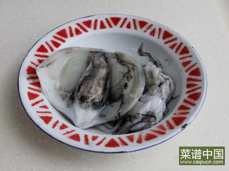 油条韭黄炒墨鱼的做法步骤1