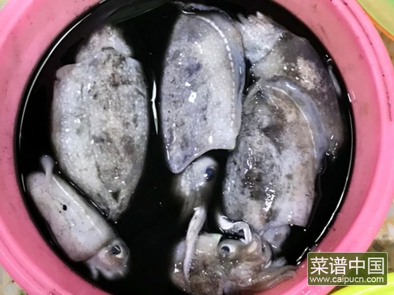 油条韭黄炒墨鱼的做法步骤2