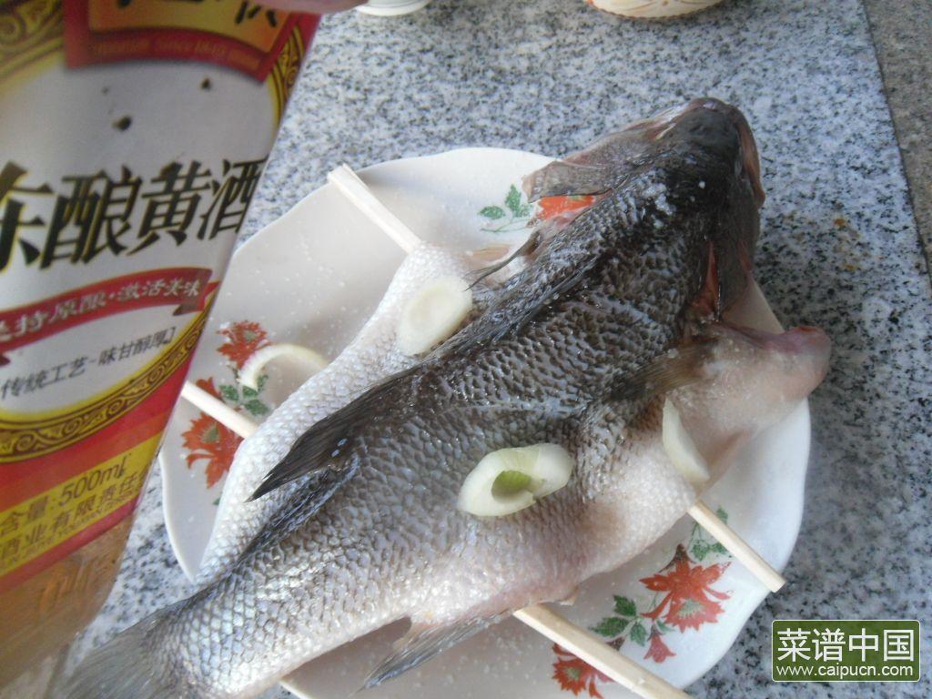 黄酒蒸鲈鱼的做法步骤4
